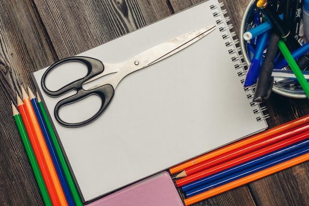 Articoli di cancelleria, scrivania in legno, scuola e ufficio
