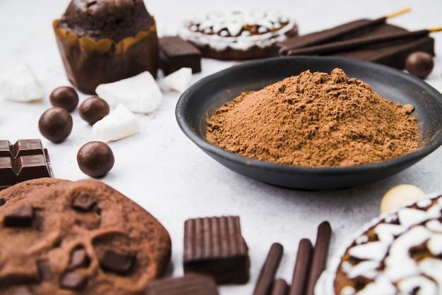 Articoli di cioccolato con polvere di cacao in una ciotola