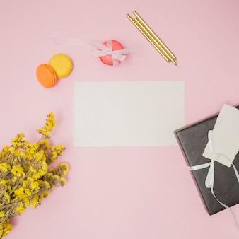 Articoli di compleanno accanto al mazzo di fiori giallo