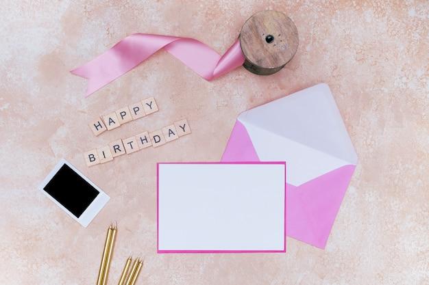 Articoli di compleanno per ragazze su sfondo di marmo rosa