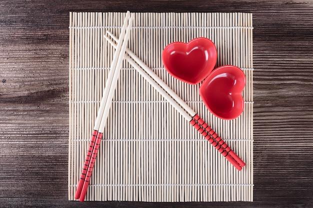 Articoli di sushi. bacchette, salsa-barche sul tappeto tradizionale