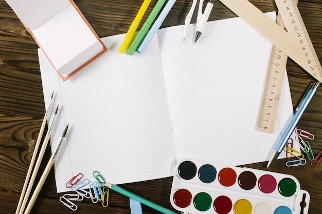 Articoli per la creatività dei bambini su uno sfondo di legno