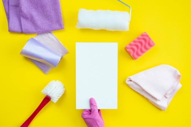 Articoli per la pulizia e un layout pulito si trovano su un tavolo giallo. concetto di servizio di pulizia.