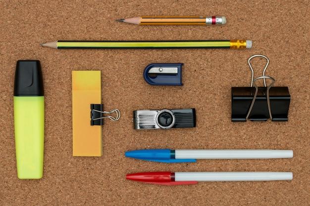 Articoli per ufficio ed elementi aziendali su una scrivania. concetto di ufficio creativo. vista dall'alto.