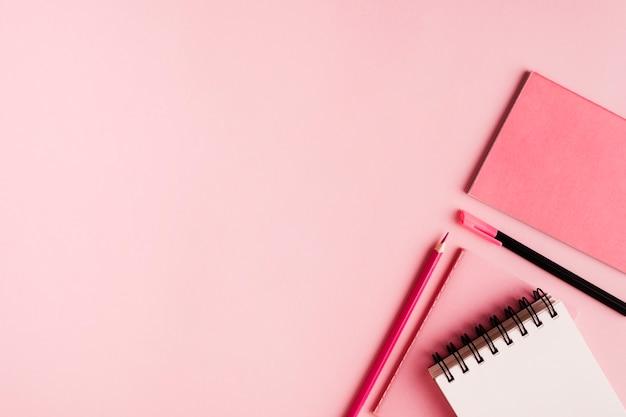 Articoli per ufficio rosa su superficie colorata