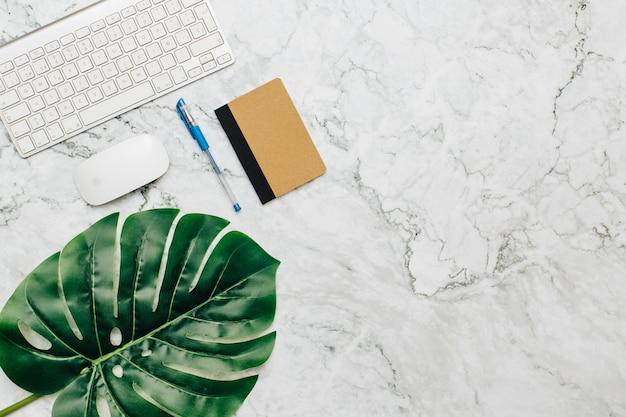 Articoli per ufficio su un tavolo di marmo.