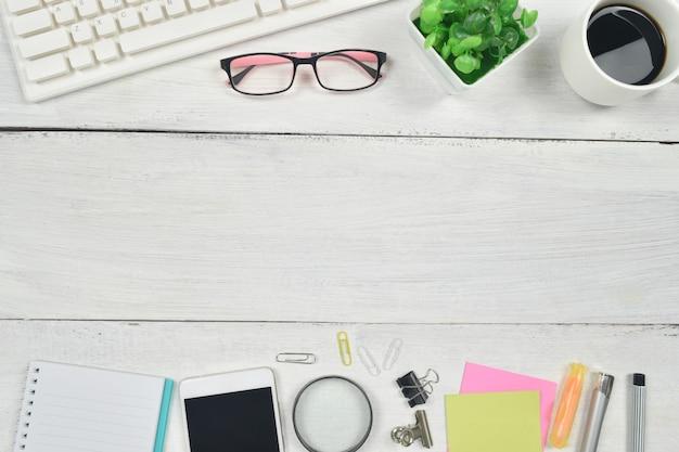 Articoli per ufficio sulla tavola di legno bianca
