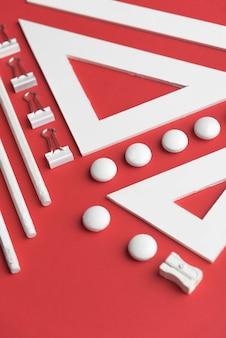 Articoli per ufficio sulla tavola rossa