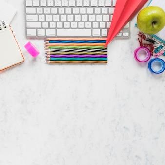 Articoli per ufficio variopinti su fondo bianco
