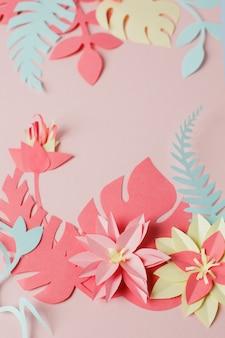 Artigianato creativo cornice floreale decorativa fatta di fiori di carta e foglie