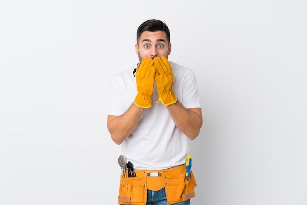 Artigiani o elettricista uomo sopra il muro bianco isolato con sorpresa espressione facciale