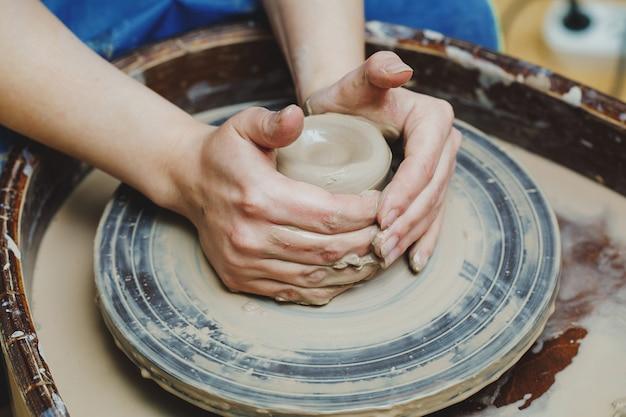 Artigiano artista forme vaso