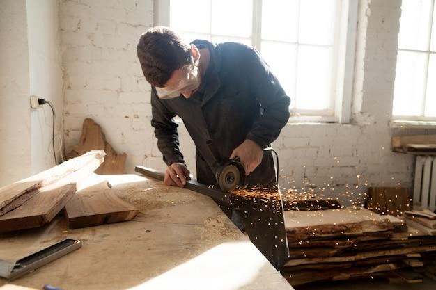 Artigiano che lavora su un nuovo progetto in officina