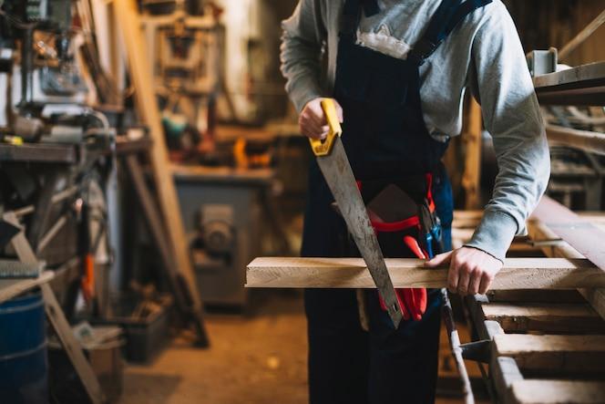 Artigiano che lavora