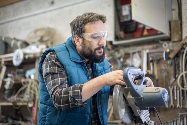 Artigiano di falegnameria con strumenti