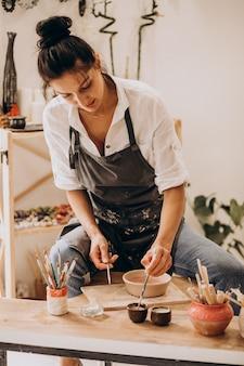 Artigiano donna presso un negozio di ceramiche