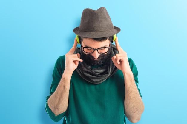 Artist ascoltando musica su sfondo colorato