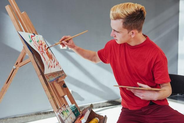 Artista che dipinge un'immagine in uno studio