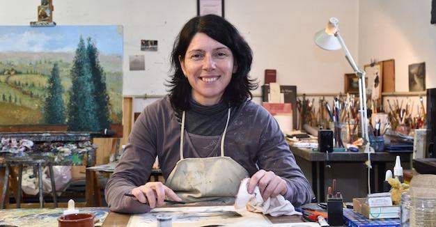 Artista che disegna in studio