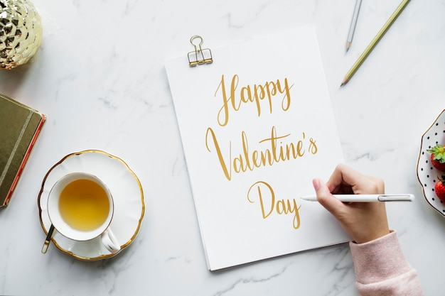 Artista che disegna una carta di san valentino