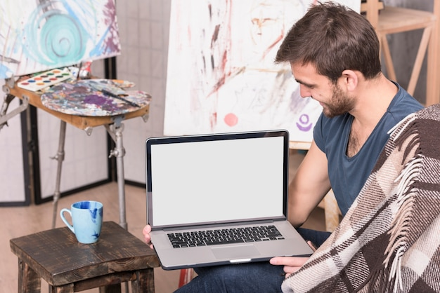 Artista con laptop