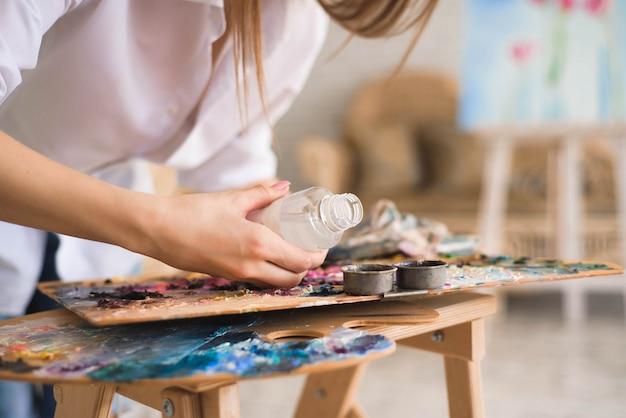 Artista con spatola pittura still life su cavalletto in studio