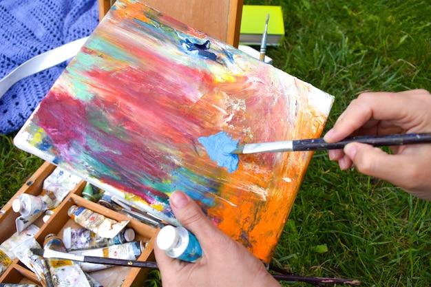 Artista con una tavolozza e colori