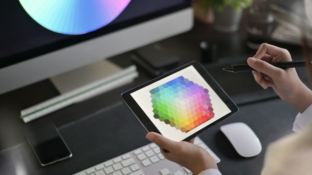 Artista creativo del web design con il lavoro sulla selezione dei colori sulla tavoletta grafica.