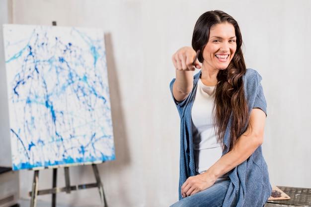 Artista femminile davanti alla tela