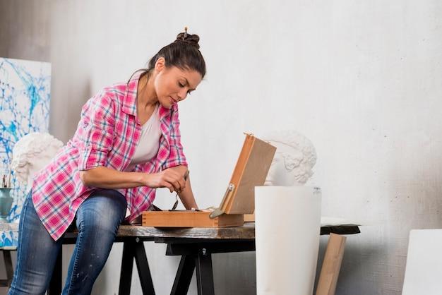 Artista femminile e scultura