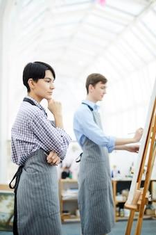 Artista femminile pensieroso in studio
