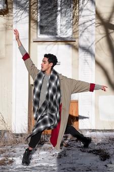 Artista maschio che si esibisce sul balletto di strada