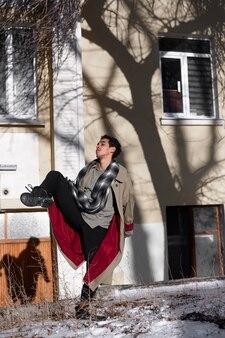 Artista uomo esibendosi sul balletto di strada