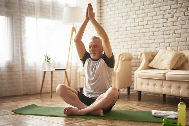 Asana yoga esercita il nonno stretching workout.