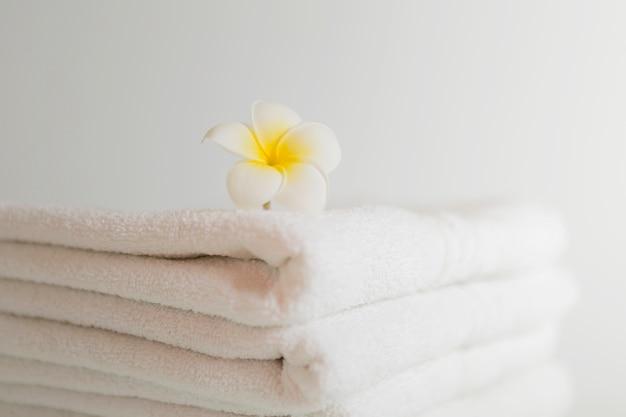 Asciugamani bianchi accatastati