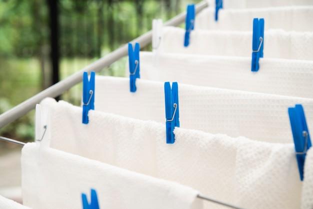 Asciugamani bianchi essiccazione su stendibiancheria