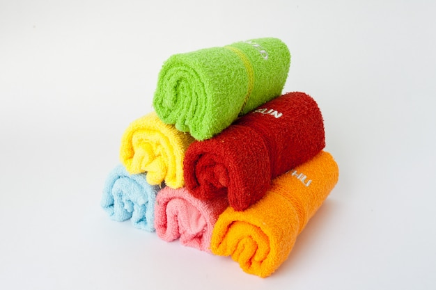 Asciugamani colorati ridotti in un rotolo