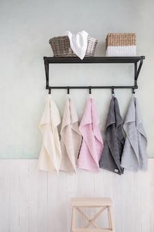 Asciugamani da bagno appesi