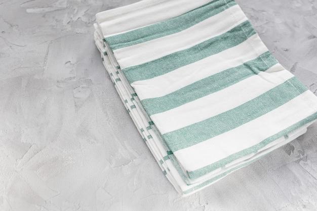 Asciugamani da cucina a strisce su superficie grigia