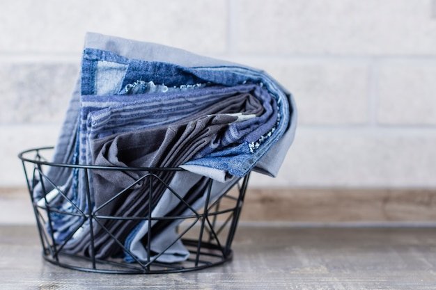 Asciugamani da cucina e tovaglioli in metallo backet su un tavolo