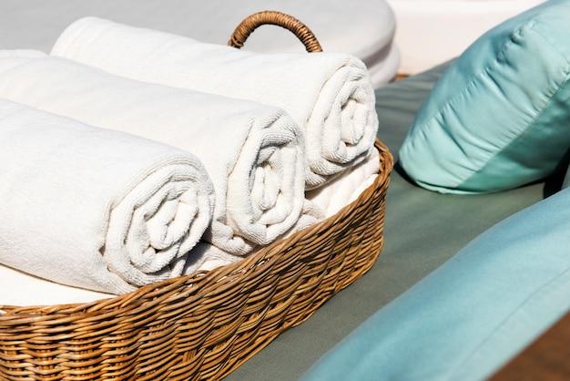 Asciugamani dell'hotel arrotolati nel cestino di legno
