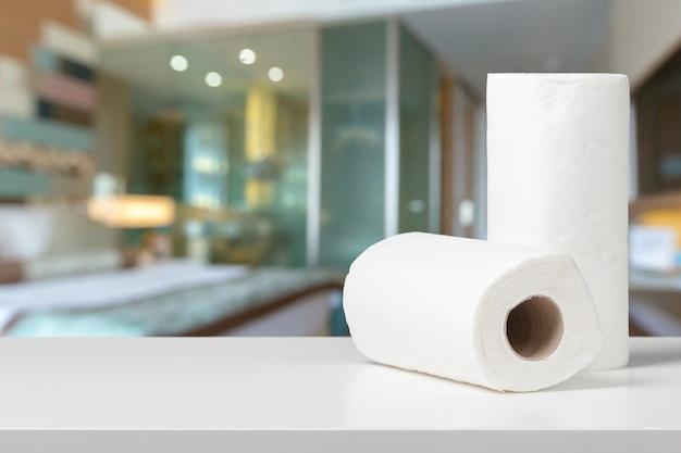 Asciugamani di carta soffice su una scrivania bianca vista frontale