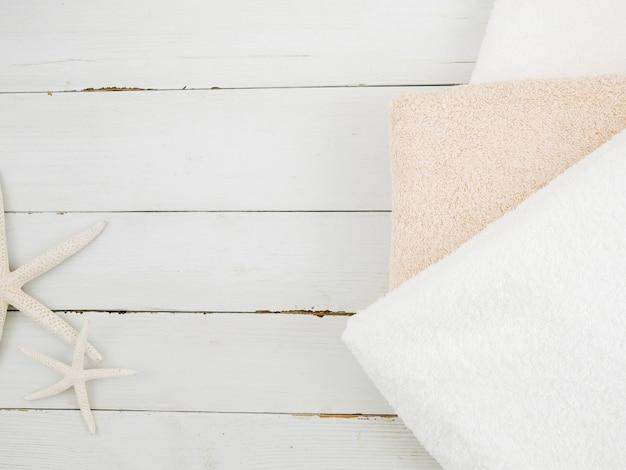 Asciugamani e stelle marine vista dall'alto