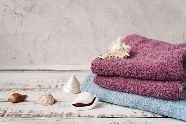 Asciugamani impilati vista frontale sulla tavola di legno