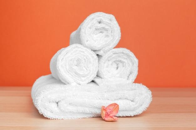 Asciugamani morbidi e puliti su sfondo colorato