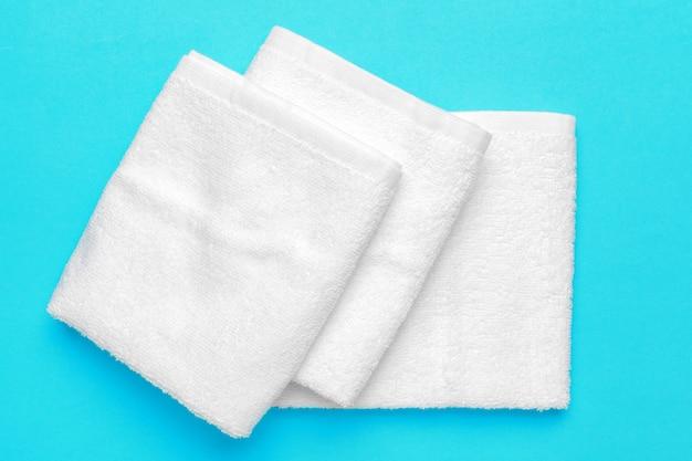 Asciugamani morbidi e puliti sul colore