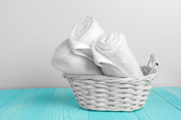 Asciugamani morbidi e puliti sul tavolo di legno