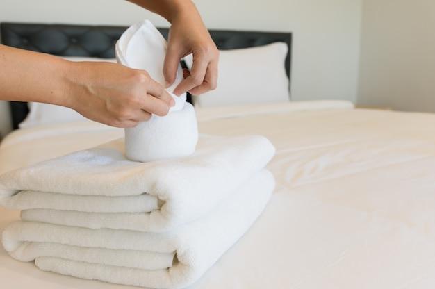 Asciugamani morbidi in camera da letto.
