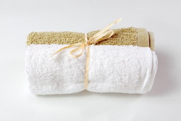 Asciugamani per viso isolato su sfondo bianco