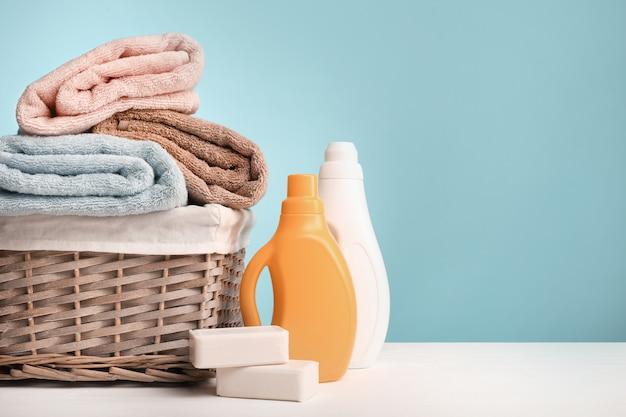 Asciugamani piegati e detersivo